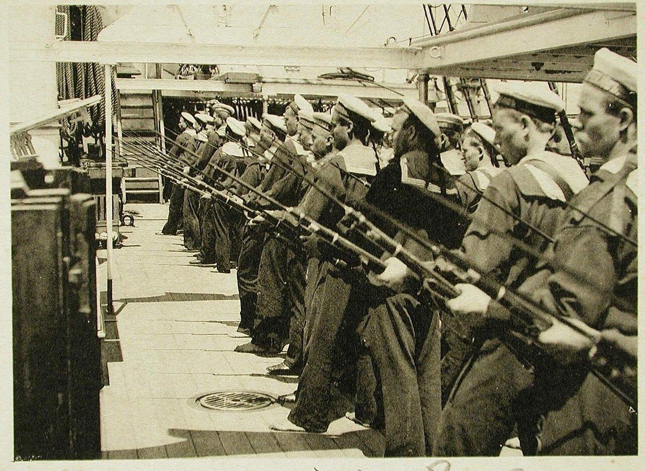 118. Матросы команды одного из судов эскадры во время обучения ружейным приемам