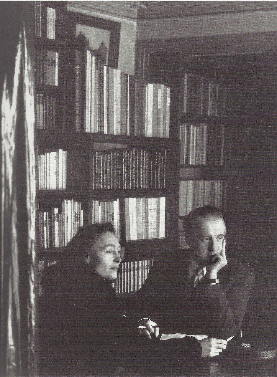 1944. Поль и Нюш Элюар в своей квартире на рю де ла Шапель
