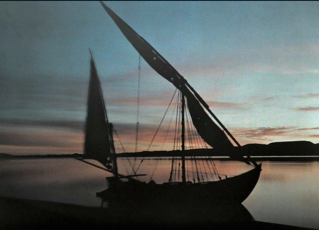 1923. Египет. Лодка в водах Нила на рассвете возле Абу-Симбел