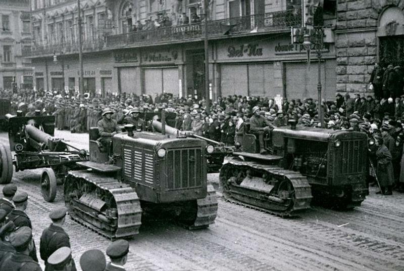 Советская военная техника на улицах Львова, после того, как Народное собрание Западной Украины завершило свою работу.