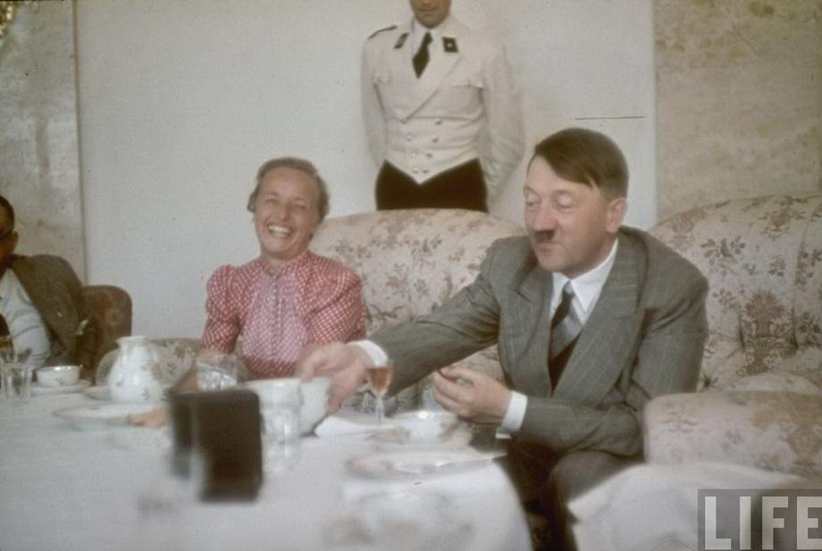 Гитлер с гостями за столом в своей резиденции в Оберзальцберге. 1939 г.