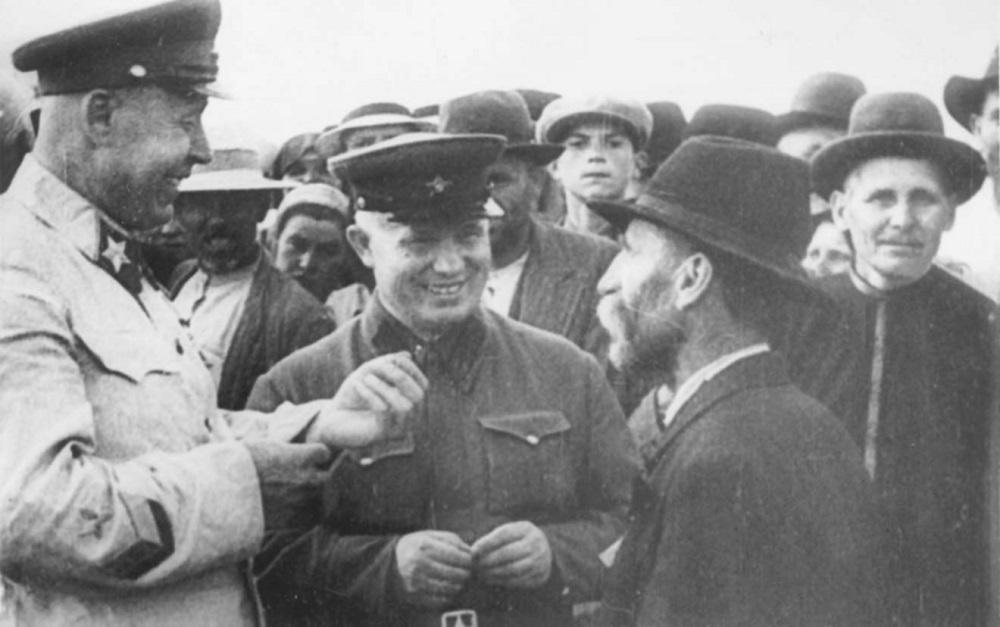 Маршал Советского Союза С.К. Тимошенко и Н.С. Хрущев общаются с бессарабскими крестьянами.jpg