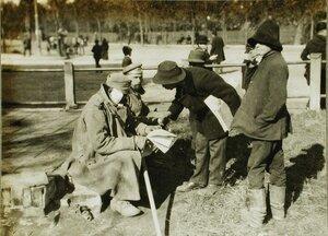 Раненый австрийский солдат покупает газету.