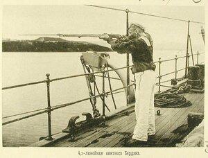 Матрос одного из крейсеров эскадры стреляет из 4,2-линейной винтовки Бердана
