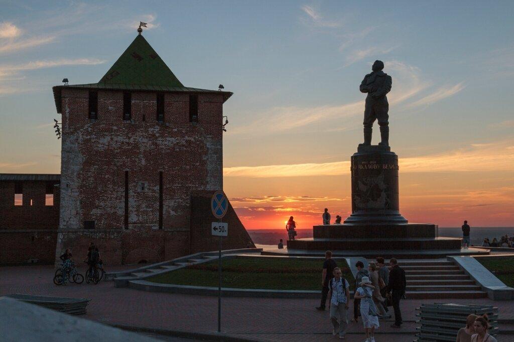 Памятник Чкалову и Георгиевская башня Нижегородского кремля, Нижний Новгород