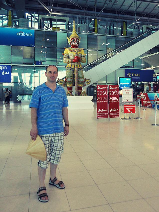 1. Зал вылета внутренних авиалиний в аэропорту Суварнабхуми. С 2012 года, если вам нужно лететь из Бангкока в Краби, придется добираться в старый аэропорт Дон Муанг (Don Muang), так как теперь из него вылетают рейсы Air Asia.