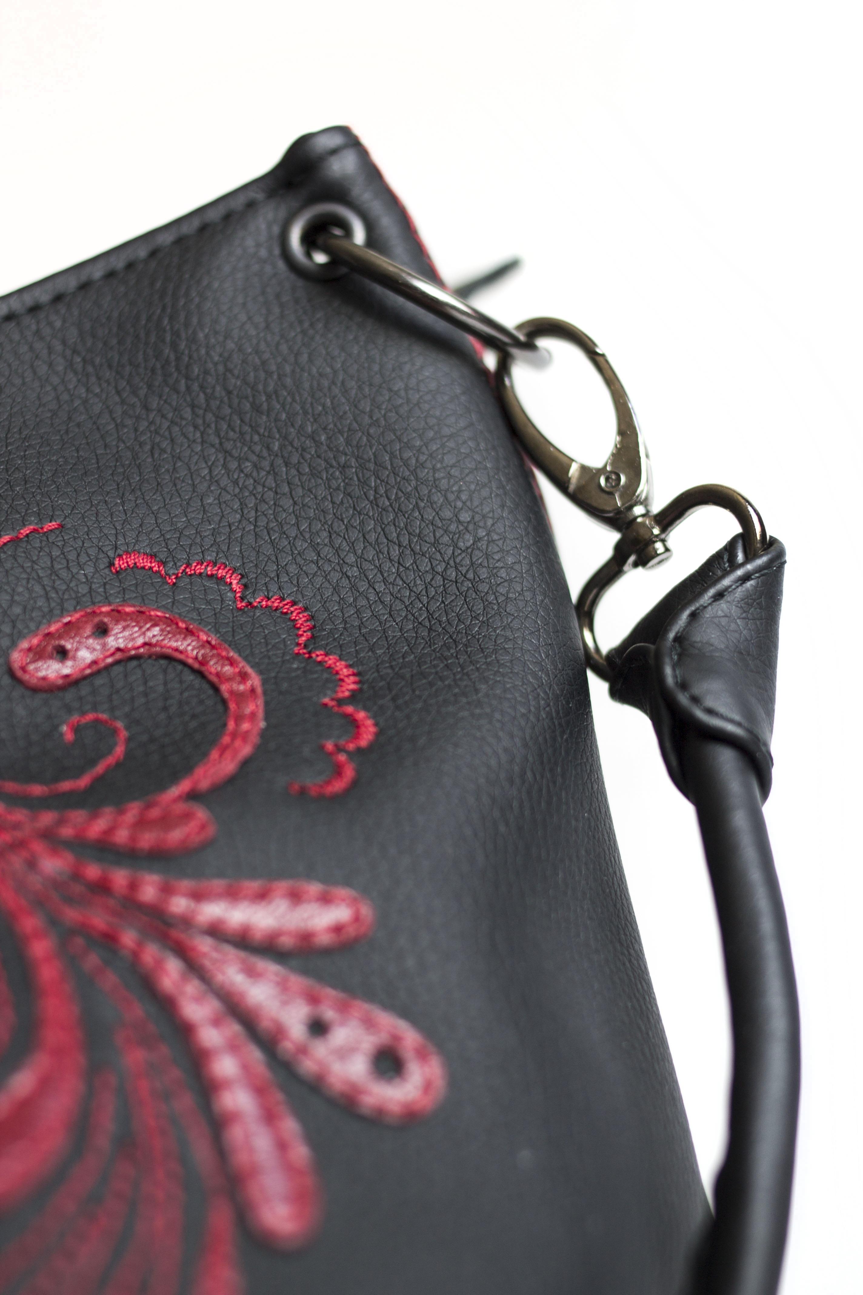 карабины на сумке