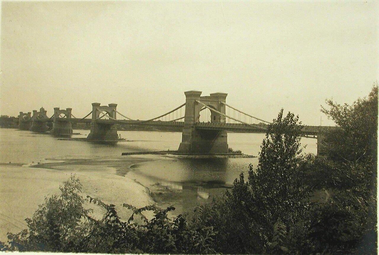 36. Общий вид цепного моста через р. Днепр
