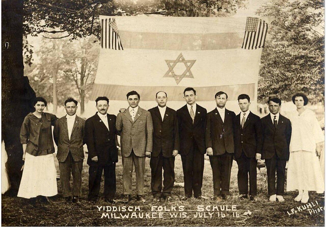 1916.  Голда Меир и преподаватели еврейской народной школы в городе Милуоки