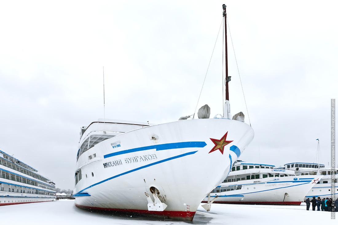 теплоход Михаил Булгаков на зимнем отстое в Хлебниково