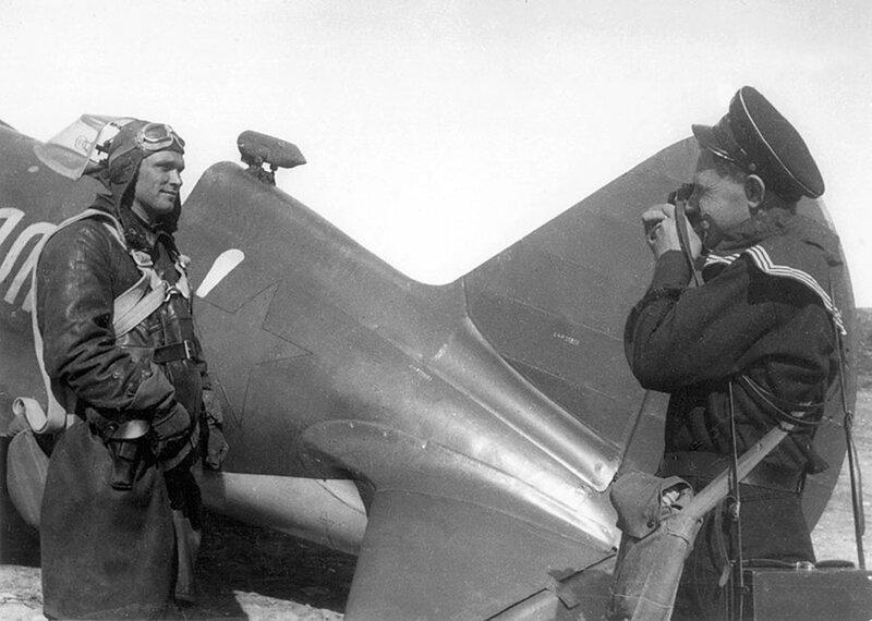 1941 6 июля Евгений Халдей делает портрет Бориса Сафонова на аэродроме Ваенга.jpg