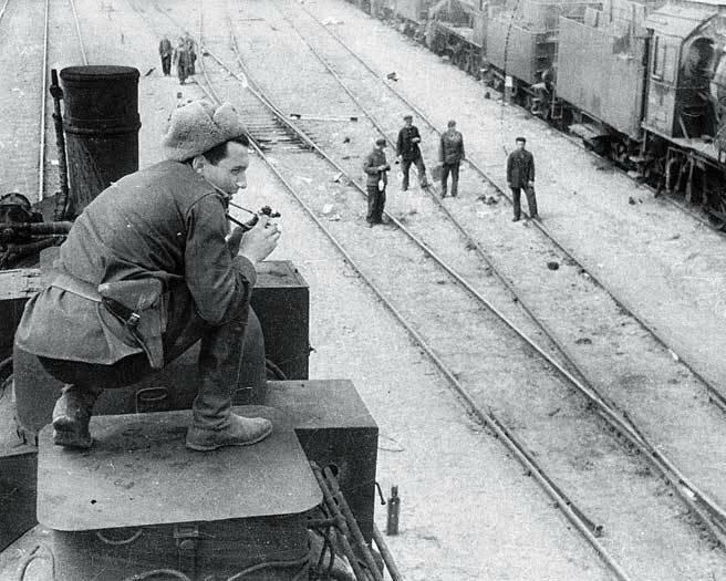 1944 Бальтерманц производит съемку на станции Раздельная-1. Под Одессой.jpg