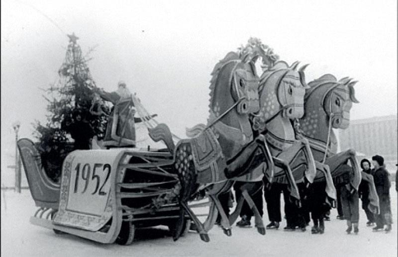 1952. Дед Мороз выезжает на каток парка Горького.jpg