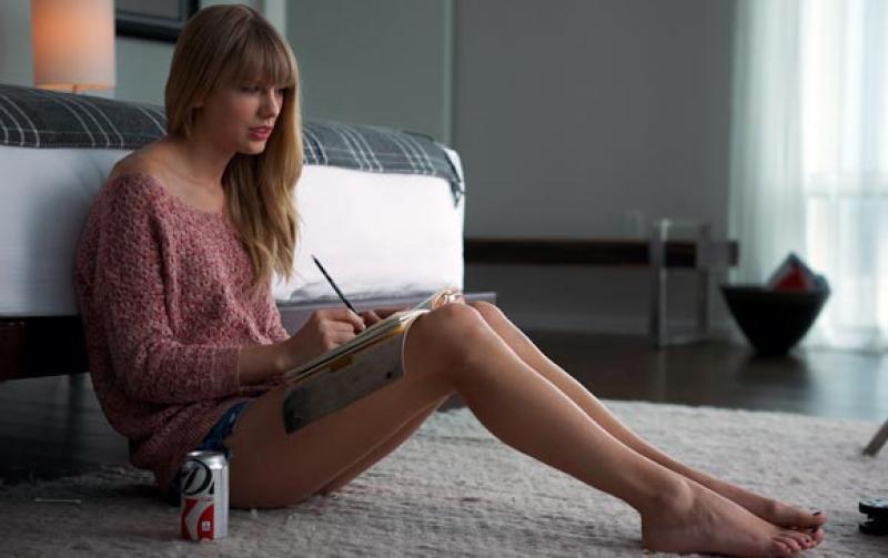 Тейлор Свифт недавно застраховала ноги