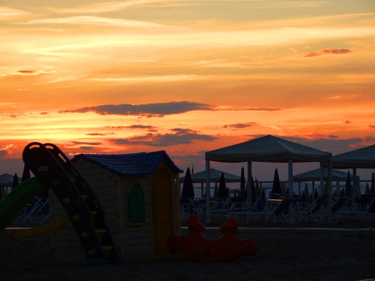 Закат над пляжем города Виареджо (Viareggio)