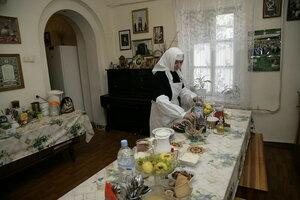 6. В сестринской трапезной: обед готов, благословение матушки – звонить