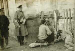 Русский солдат- конвоир около отдыхающих пленных австрийцев в полосе отчуждения станции.
