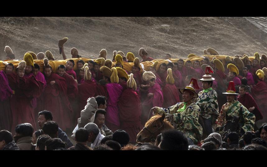 Тибетцы празднуют Монлам и познают священную живопись Будды