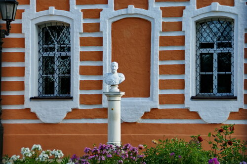 Церковь Успения Пресвятой Богородицы в Сергиевом Посаде. Памятник Николаю II.