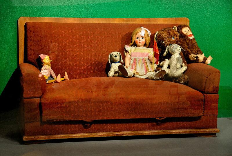игрушки в интерьере (снято через стекло)