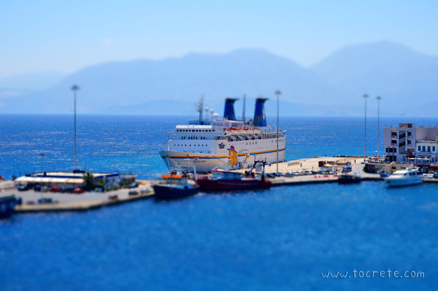 Круизный лайнер в порту г. Агиос Николаос. Cruise ship in the port of Agios Nikolaos.