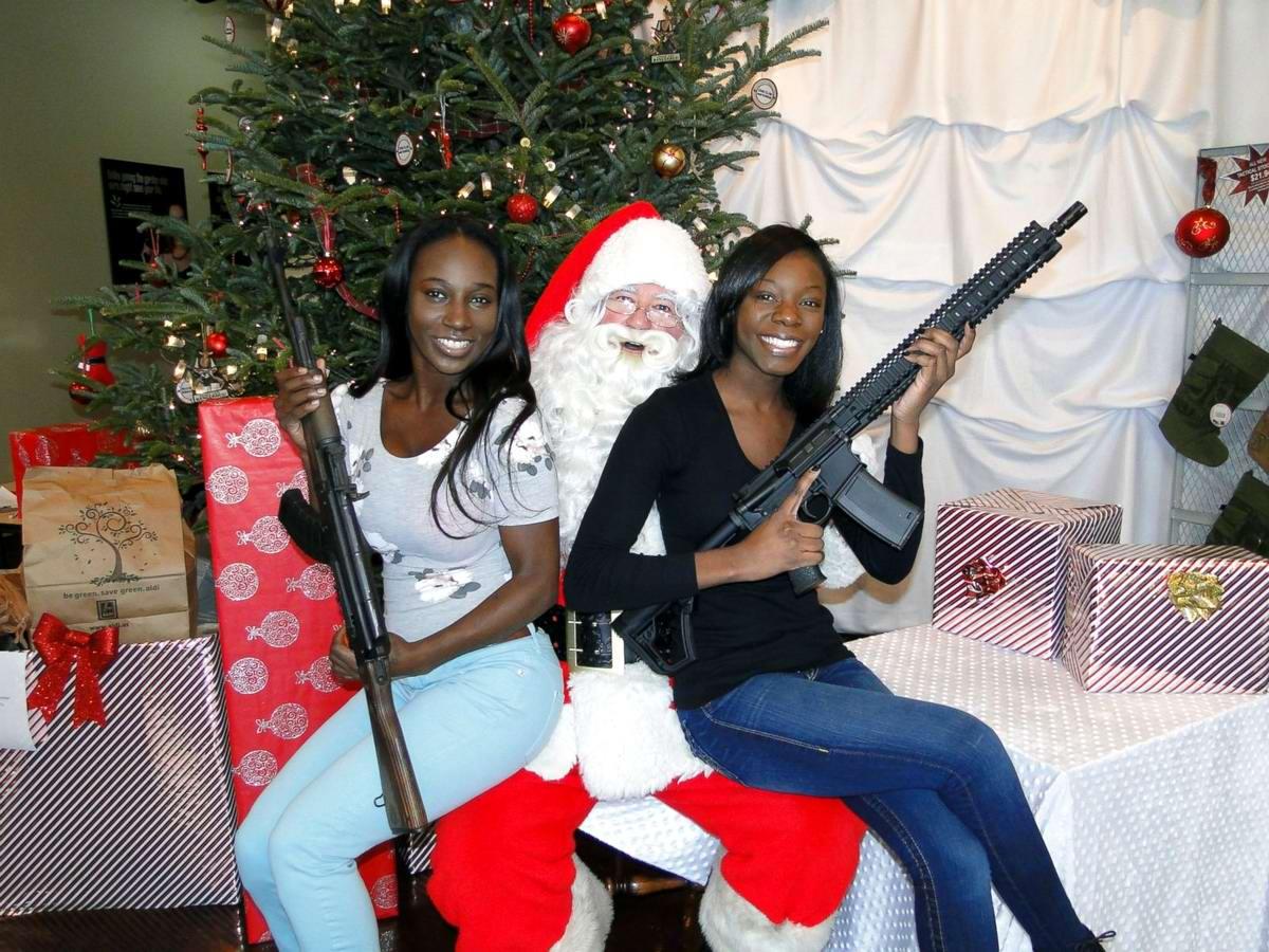 С автоматами в компании Санта-Клауса: Добропорядочные американцы готовятся к встрече Рождества (6)