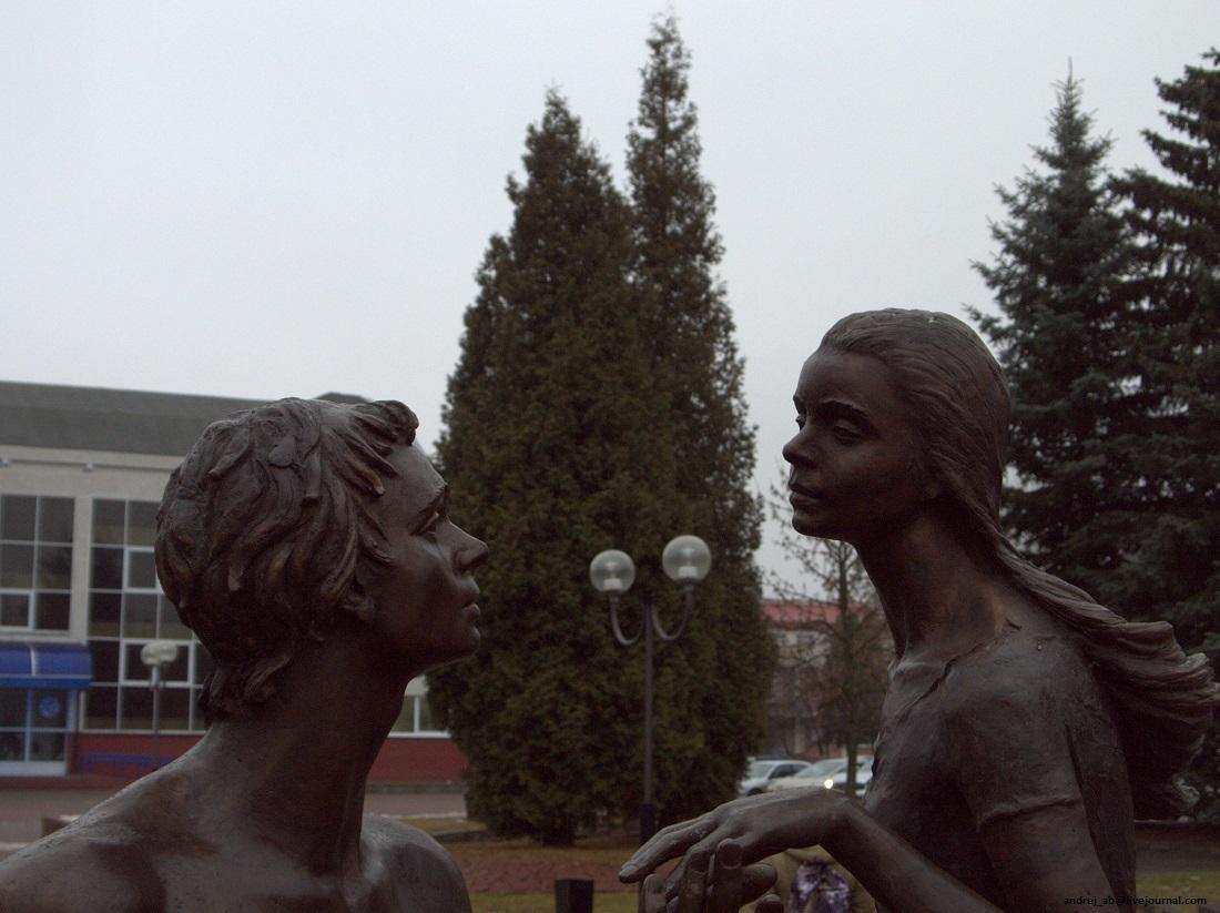 Памятник юности в Новополоцке, влюблённая пара.