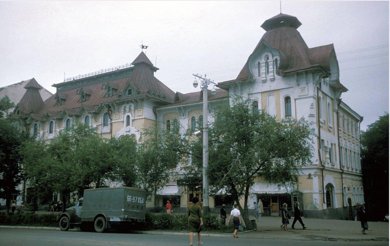 Хабаровск. Возле Дворца пионеров