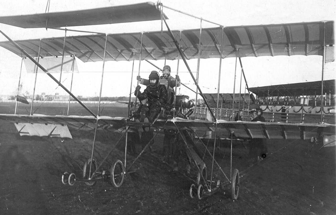 06. Авиатор с пассажиром на биплане перед подъемом во время праздника