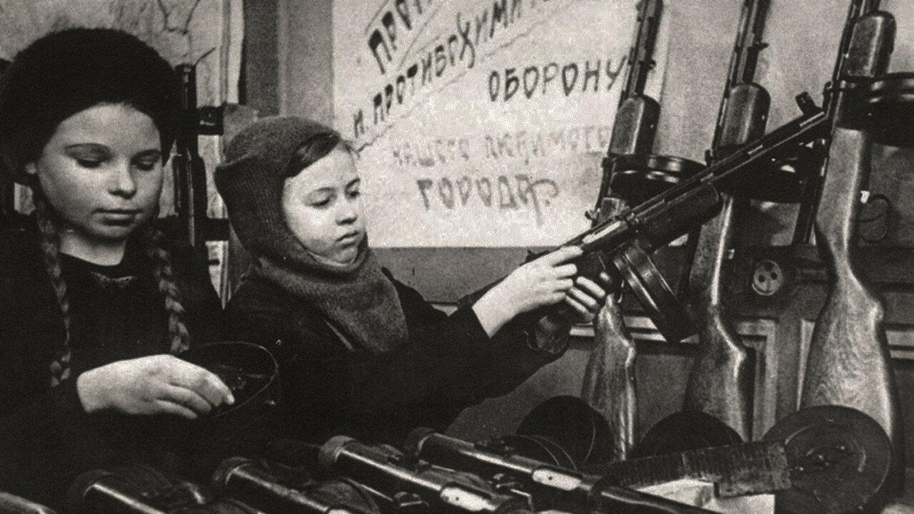 Дети на сборке автомата ППД-40, Новокузнецк, 1943