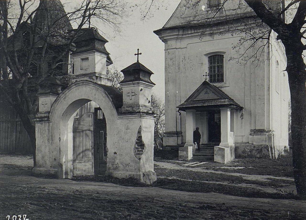 Колокольня и вход в церковь