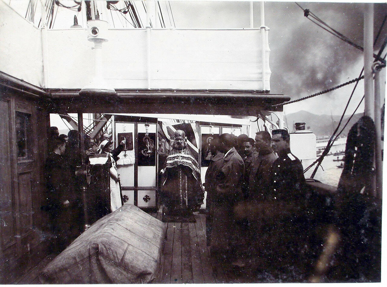 18. Архимандрит Михей во время службы на пароходе; справа - больные лазарета. 1901