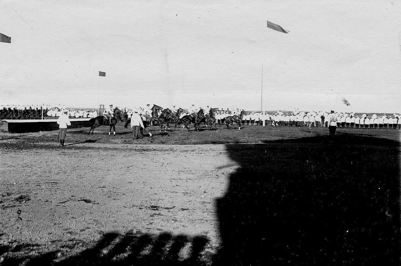 29. Участники заезда у флагов дистанции после взятия препятствия