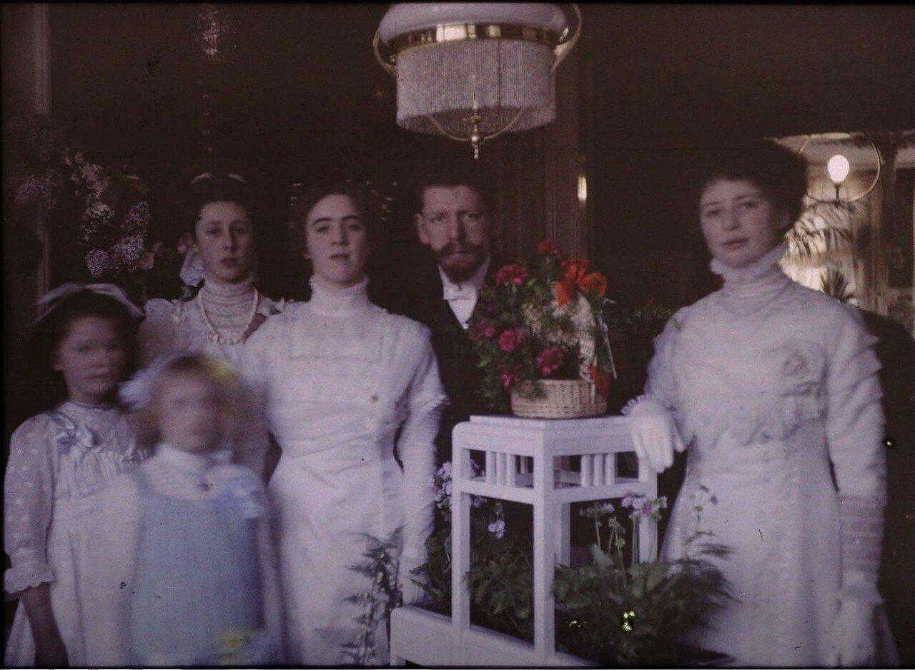 1909. Якоб и Тини с друзьями в гостиной