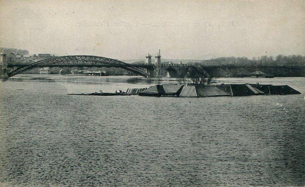 Наводнение 1908 года. У Новодевичьего монастыря. Вид на мост Окружной жел. дор.