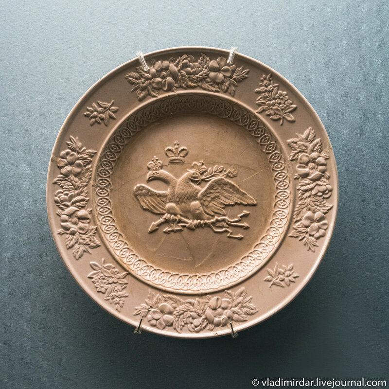 Тарелка с рельефным изображением двуглавого орла. Англия.
