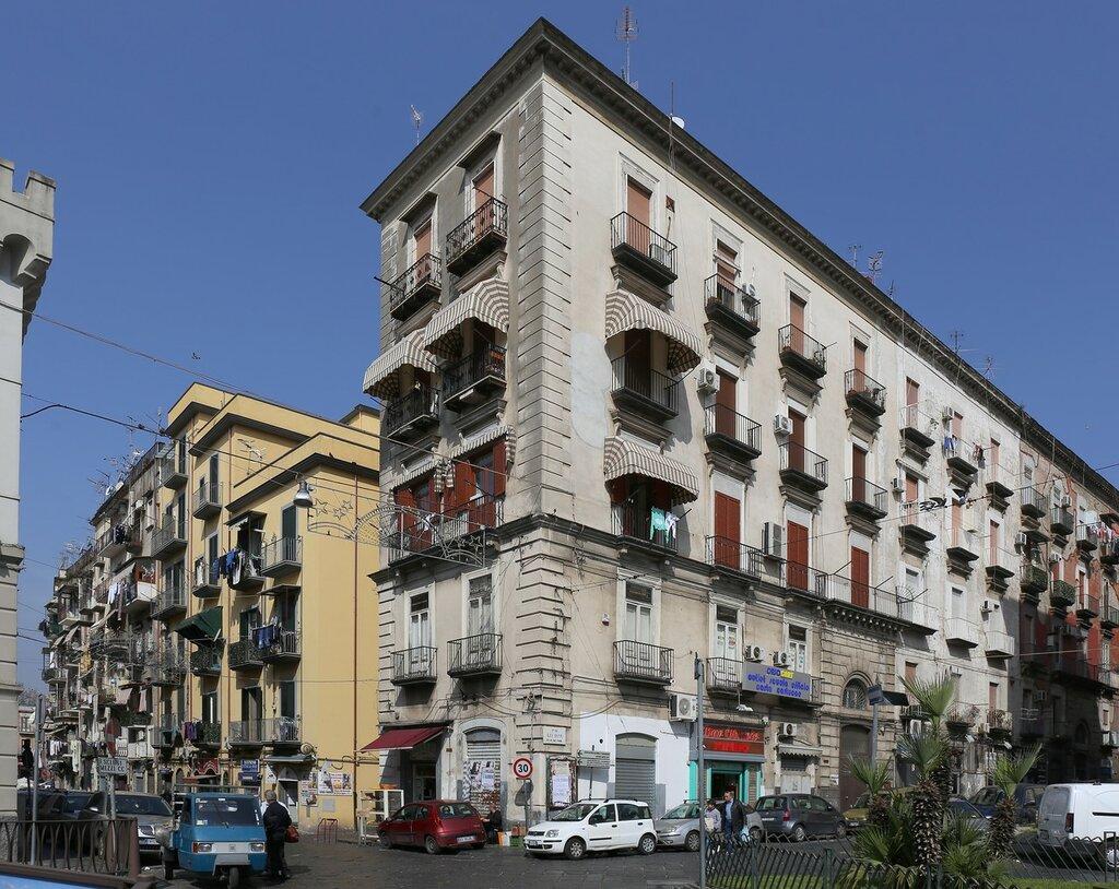 Неаполь. Площадь Пепе Гулельмо (Piazza Pepe Guglielmo)