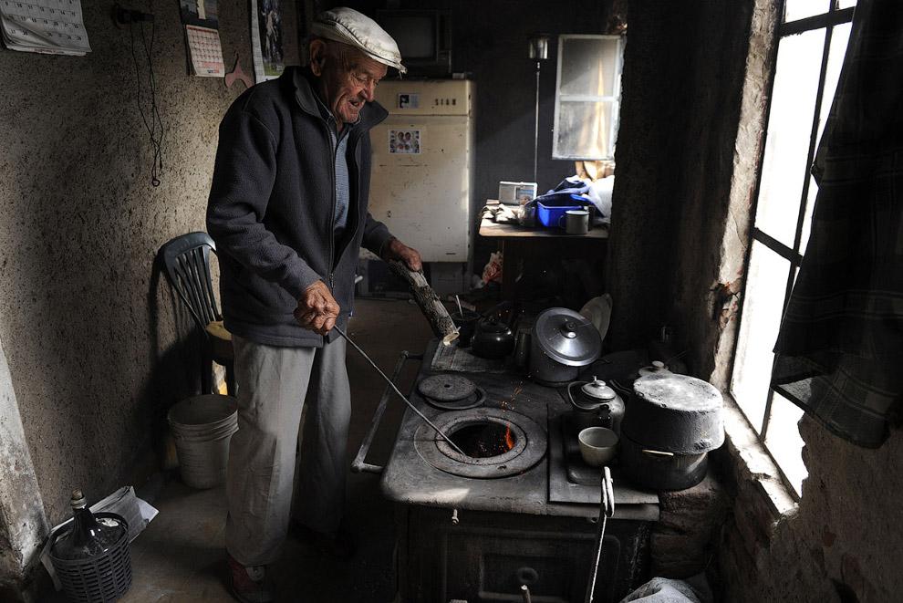 9. Некоторые бывшие жители теперь приезжают сюда, чтобы посетить свои бывшие дома, где они жили еще