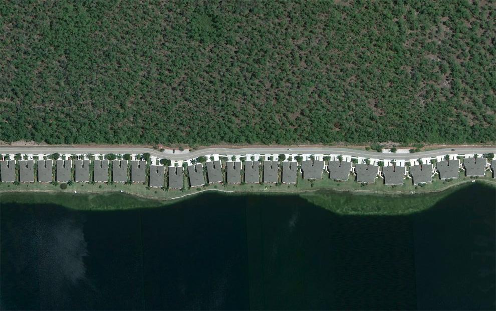 18. Дома в ряд вдоль искусственного озера недалеко от Неаполя, штат Флорида. (© Google)