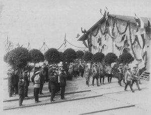 Император Николай II и сопровождающие его лица направляются для встречи германского императора Вильгельма II.