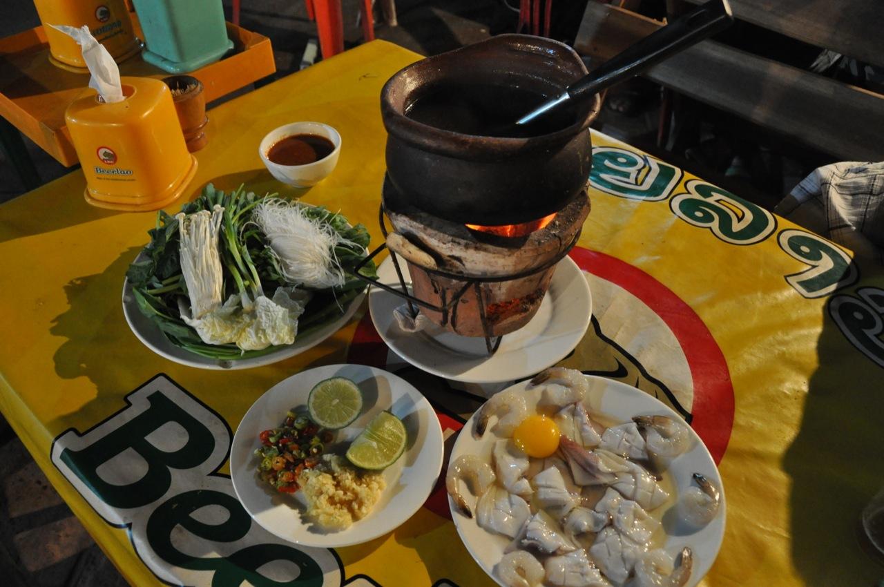 Приготовление еды прямо за столом - распространенная фишка в ЮВА