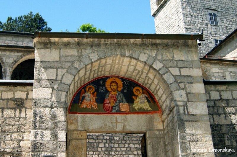 Икона над входом в монастырь