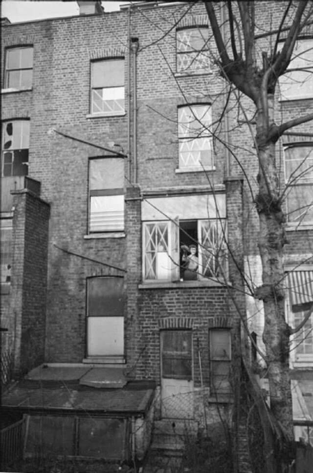 06. Оливия протирает окна в своем доме. Каждое окно свидетельствует о налетах, произошедших за последние несколько недель