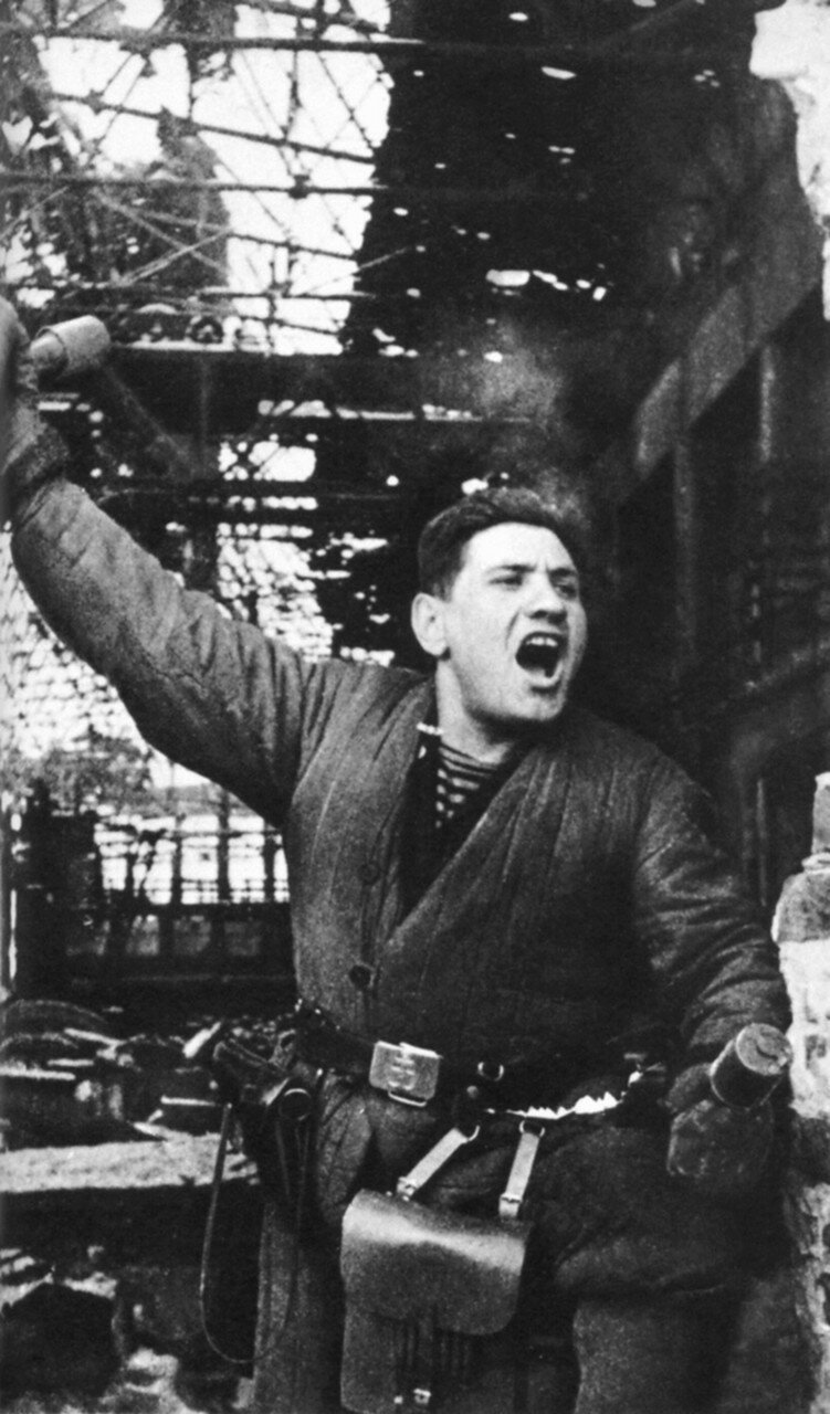 1943. Командир штурмовой группы морской пехоты П. Гольберг в одном из цехов разрушенного завода «Баррикады»