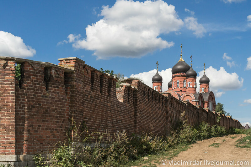 Монастырские стены. Крестовоздвиженский монастырь.