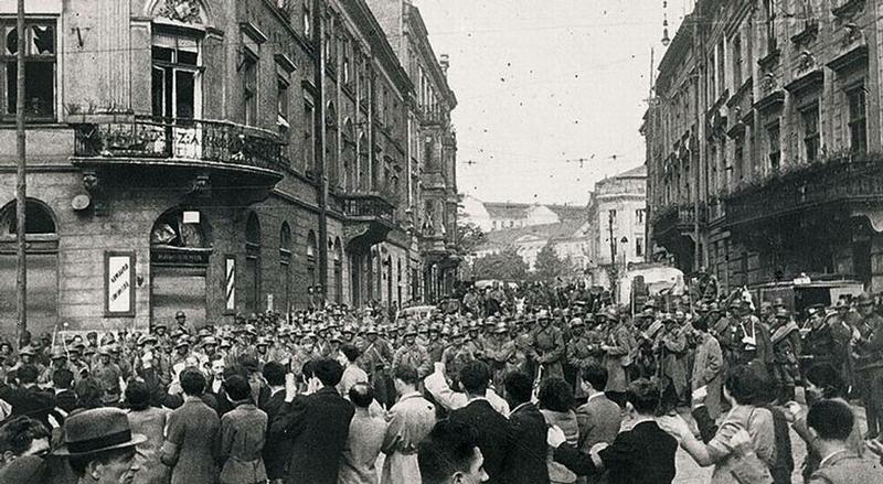 Жители Львова приветствуют Красную Армию.