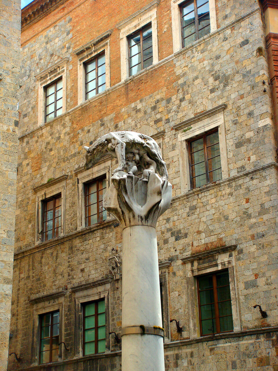 Не только в Риме и Пизе есть волчицы, но и в Сиене тоже - в контраде Волчица (Lupa)