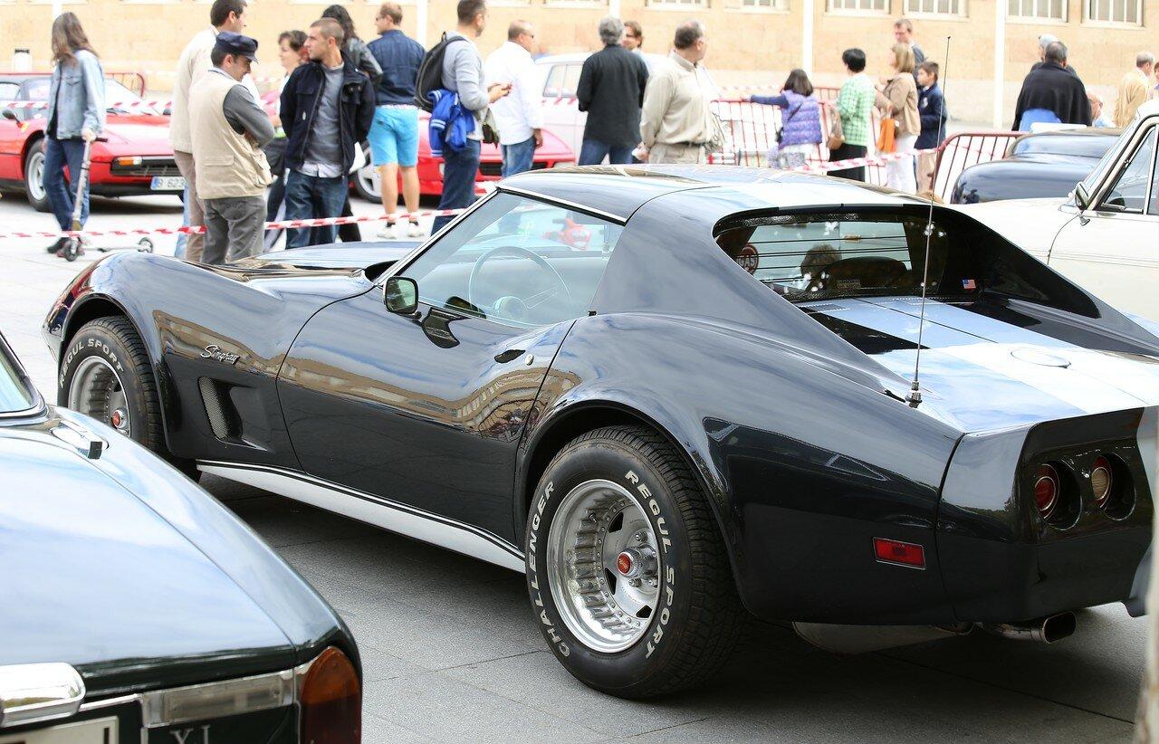 Парад ретрокаров в Логроньо.  Chevrolet Corvette серии C3 Stingray