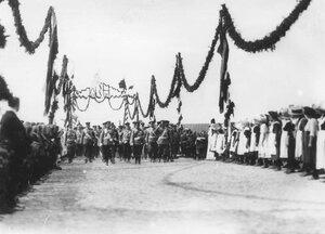 Императоры Николай II, Вильгельм II, принц Альберт и сопровождающие их офицеры во время встречи приветствуют жителей.