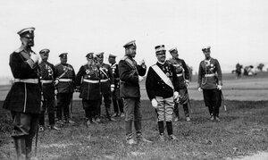 Император Николай II и итальянский король Виктор Эммануил III с группой генералов на параде.